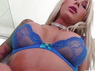Tranny Aubrey Kate cums in Zoeys mouth